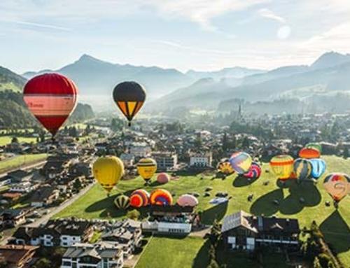 Ballonfahrt in den Alpen im Herbsturlaub