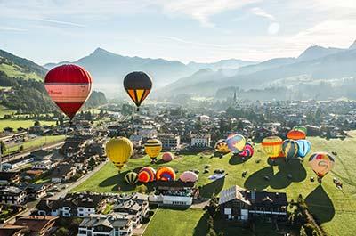 Ballonfahrt in den Alpen im Herbsturlaub Hotel Rosenkarten Kitzbühel Kirchberg Tirol
