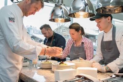 Gourmet & Fine Dining im 5-Sterne Relais & Chateaux Hotel Rosengarten in Kirchberg Kitzbuehel Kitzbueheler Alpen Fest mit Freunden mit Simon Taxacher